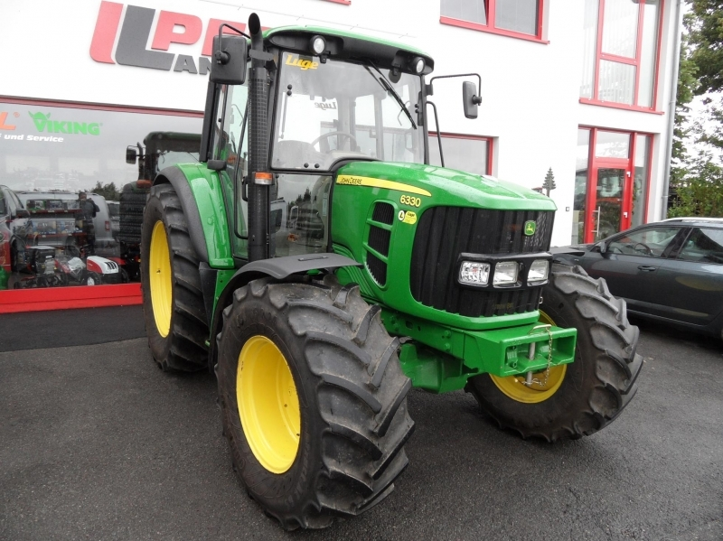 Трактор John Deere 6330